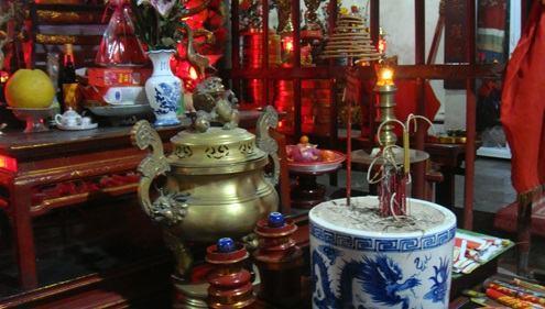 Sắp xếp bàn thờ, bài trí bát hương trên bàn thờ