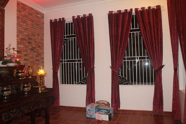 Lựa chọn chất liệu phù hợp cho rèm bàn thờ chung cư.